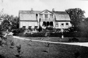 Mangårdsbyggnaden från söder år 1903.