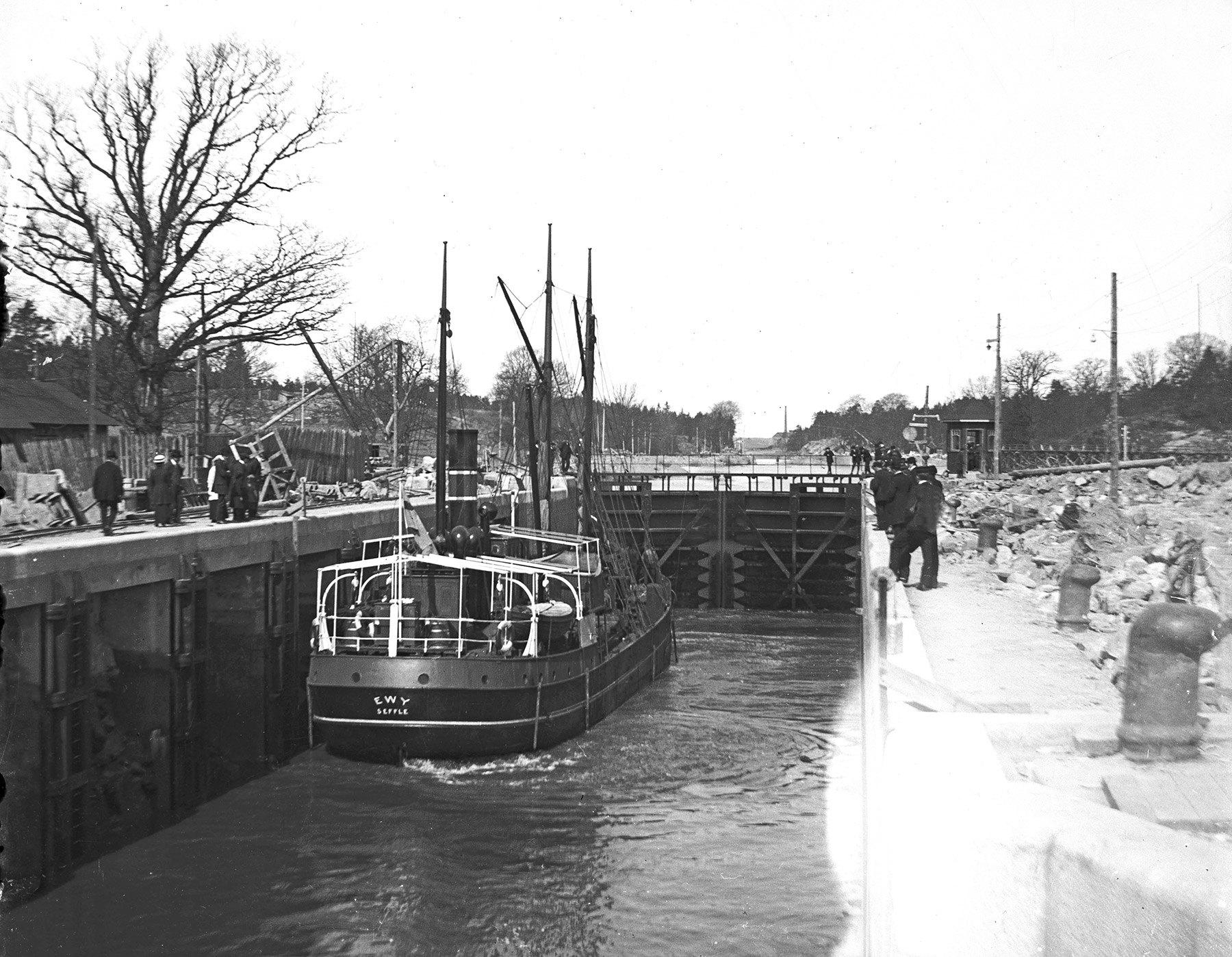 I slussen ligger S/S EWY, våren 1915. Hon är här bara två år gammal, byggd på Eriksbergs Mek. verkstad.