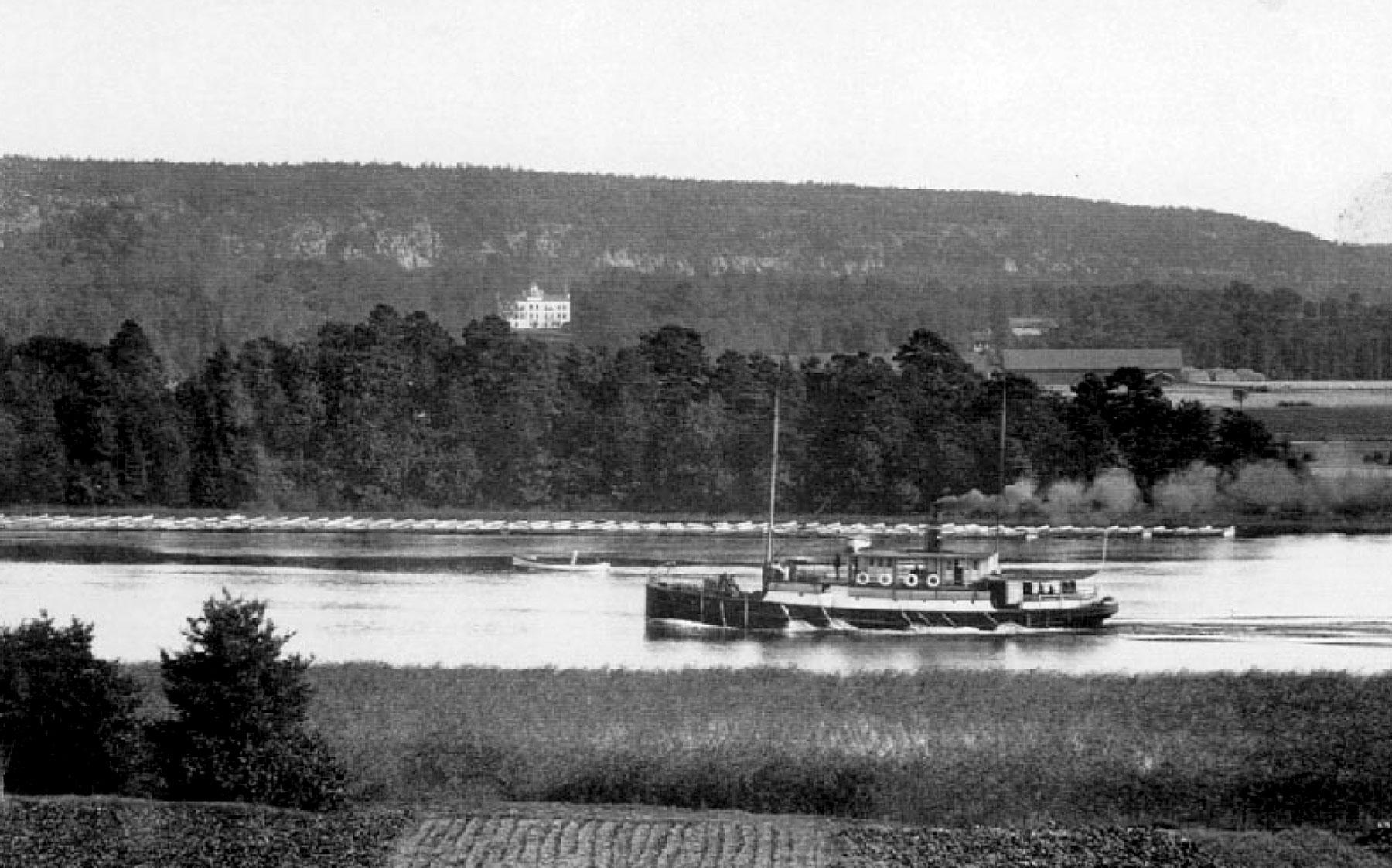 Utsikt mot älven med passagerarbåten Elfkungen.