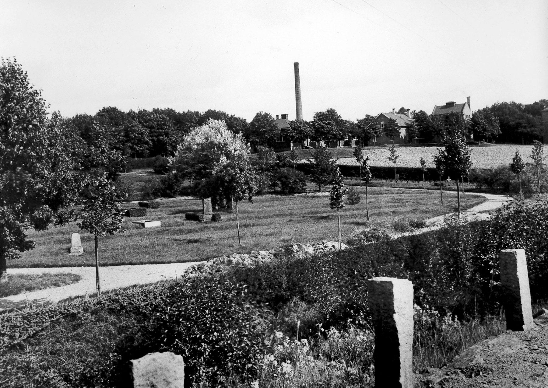 Kyrkogården från kanalen år 1936. (foto: R Eisermann)