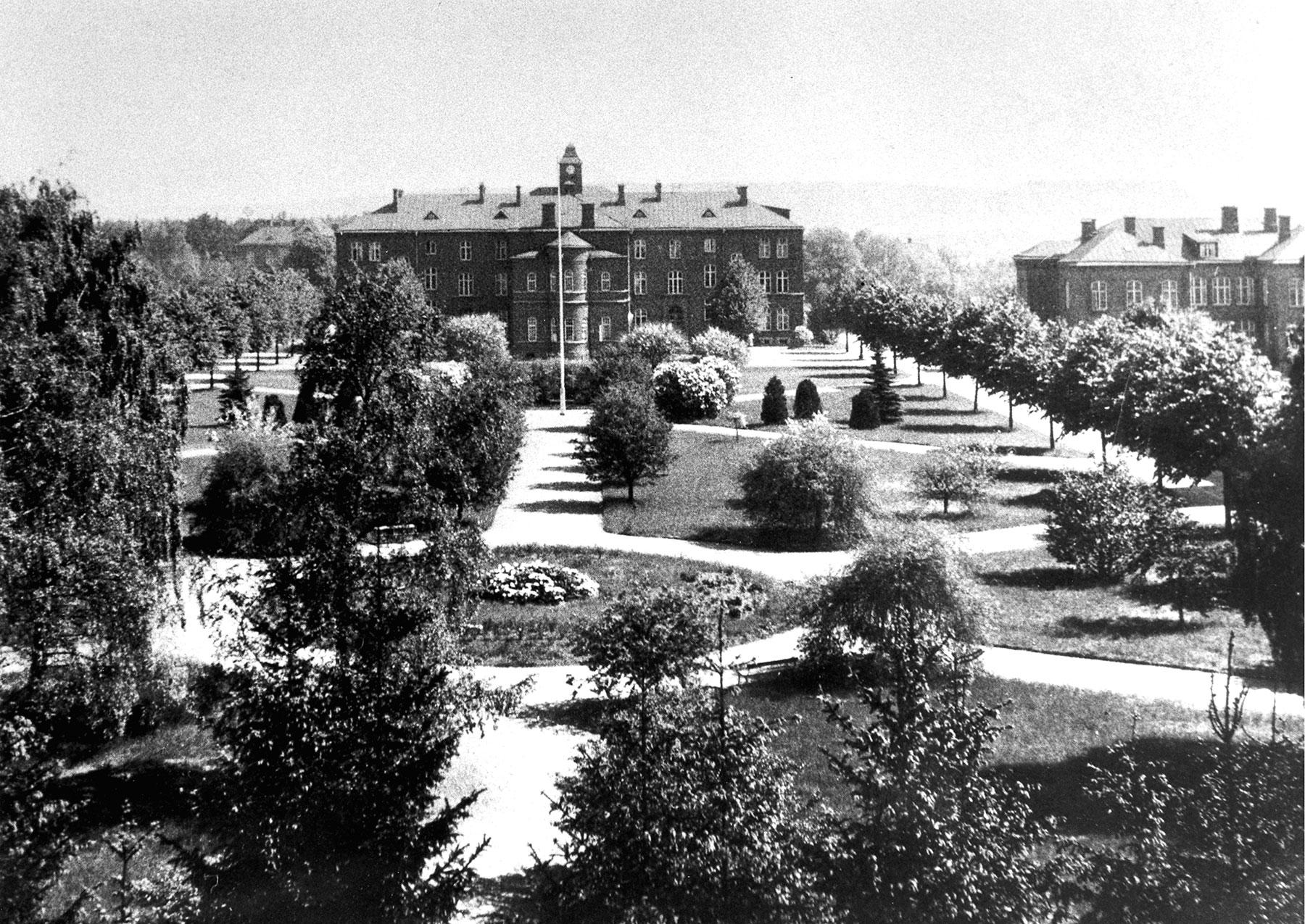 Parken i mittaxeln från väster med centralbyggnaden