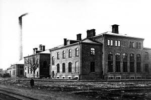 Ekonomihuset och maskinhuset från sydost ca 1905. (äldre vykort)